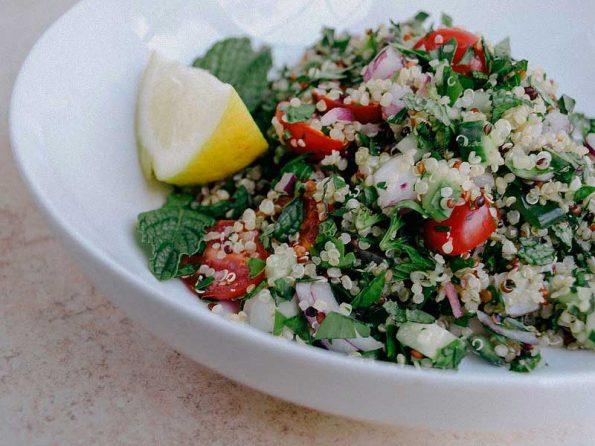 Салат с пищевой коноплёй