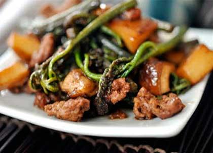 Побеги папоротника- орляка со свининой и лесными грибами
