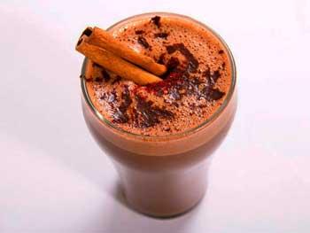 Пряный горячий шоколад с розовым перцем, корицей и мескалем